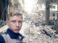 Muhammad Najem, en un selfie bajo ciudad derruida en  Siria