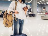 Chica con la maleta y el pasaporte en el aeropuerto