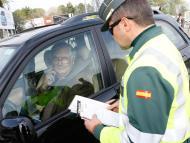 Un Guardia Civil apercibe a un conductor.