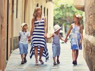 Una familia de turistas pasea por el centro de Palma de Mallorca