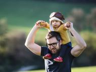 Padre e hijo jugando.