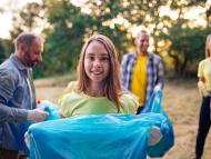 Voluntarios recogiendo basura