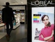 Un cartel de L'Oreal en un centro comercial.