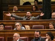 El diputado de ERC, Gabriel Rufián, gesticula durante el intercambio de descalificaciones con el ministro de Exteriores, Josep Borrell