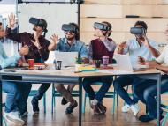 Un grupo de trabajadores utilizando gafas de realidad virtual en una oficina