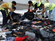 Trabajadores recogiendo las pertenencias recuperadas del avión Lion Air siniestrado en el puerto de Yakarta, Indonesia, el 2 de noviembre.