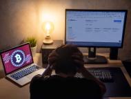 Chico viendo cómo su inversión en Bitcoin
