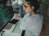 Una informática revisa código en su ordenador