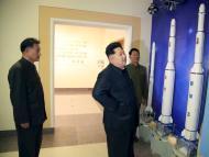 Kim Jong-Un mirando misiles