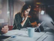 Una empresaria mira su tablet en su oficina