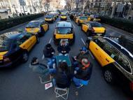 Taxistas bloquean la Gran Vía de Barcelona durante una protesta contra la regulación de los VTC, el 19 de enero 2019.