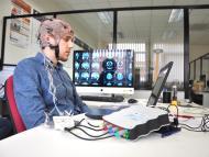 Usuario interactuando con una interfaz cerebro-ordenador