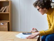 Una mujer hace cuentas con sus facturas