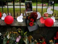 Foto de una de las víctimas entre flores en un altar improvisado cercano a la mezquita de Christchurch, Nueva Zelanda.