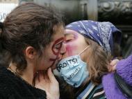 Dos mujeres se besan durante la manifestación en París.