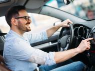 Hombre conduciendo coche.