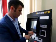 Un hombre saca dinero en un cajero de criptomoneda