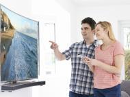 Una pareja mira un televisor 4K
