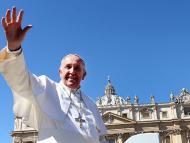 El Papa Francisco saluda a los fieles cuando sale de la Plaza de San Pedro al final de la Misa del Domingo de Ramos el 29 de marzo de 2015 en la Ciudad del Vaticano, Vaticano.