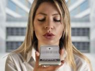 Mujer utilizando el traductor del móvil.
