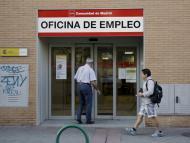 Dos personas entran en una oficina de empleo de Madrid