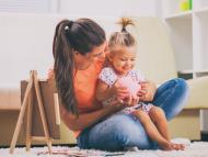 Una madre con su hija concienciando sobre el ahorro