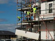 Unos obreros reformando una casa.