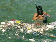 Un submarinista recoge residuos plásticos en la costa de Líbano