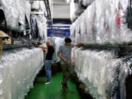Un trabajador en una fábrica textil en Madrid.
