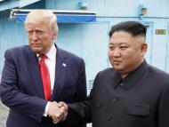 Trump y Kim Jong Un se dan la mano en la zona desmilitarizada que separa las dos Coreas