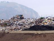 Los vertederos filtran contaminantes nocivos como el metano en el aire y el lixiviado en el suelo y en las aguas subterráneas cercanas.
