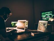 Un hacker en un cuarto oscuro.