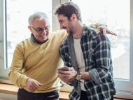 Padre e hijo usando smartphone