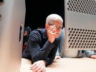 Tim Cook mirando un monitor Pro Display XDR