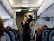 azafata dando instrucciones vuelo, avión.