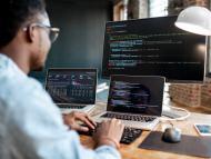 Un hombre trabaja en programación