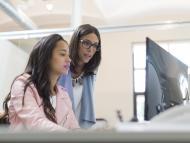 Chicas delante del ordenador