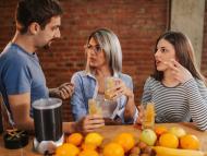 Gente tomando zumo de naranja