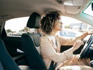 Mujer haciendo una maniobra al volante.