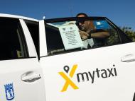 Un taxista durante la huelga de taxis y VTC en Madrid