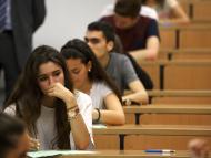 Una estudiante, durante un examen en la Universidad