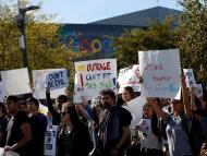 Un grupo de personas protesta por los casos de acoso sexual en Google