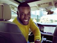 Hombre en el interior de un coche