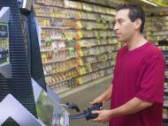 Un hombre juega videojuegos en una tienda