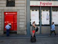 Una joven pasea en un segway por delante de sucursales de bancos