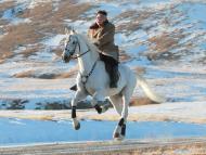 El líder norcoreano Kim Jong Un monta a caballo en el monte Paektu, repleto de nieve, en esta imagen propagandís