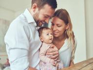 Unos padres con su bebé