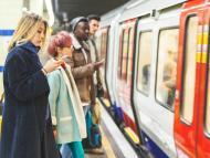 Pasajeros con el móvil cogen el metro