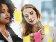 Mujeres de negocios hablando.