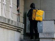 Un repartidor de Glovo entrega un pedido en Kiev.